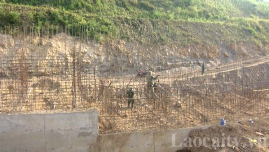 Đảm bảo an toàn lao động trên công trường kè bờ hữu sông Hồng